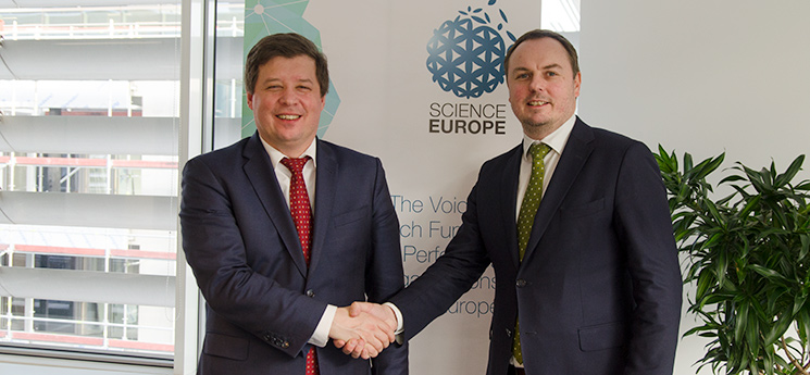 Photo of President Marc Schiltz and Secretary General Stephan Kuster shaking hands.